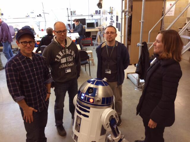 J.J. Abrams, Lee Towersey, Oliver Steeples and Kathleen Kennedy with an R2-D2 replica at Pinewood Studios